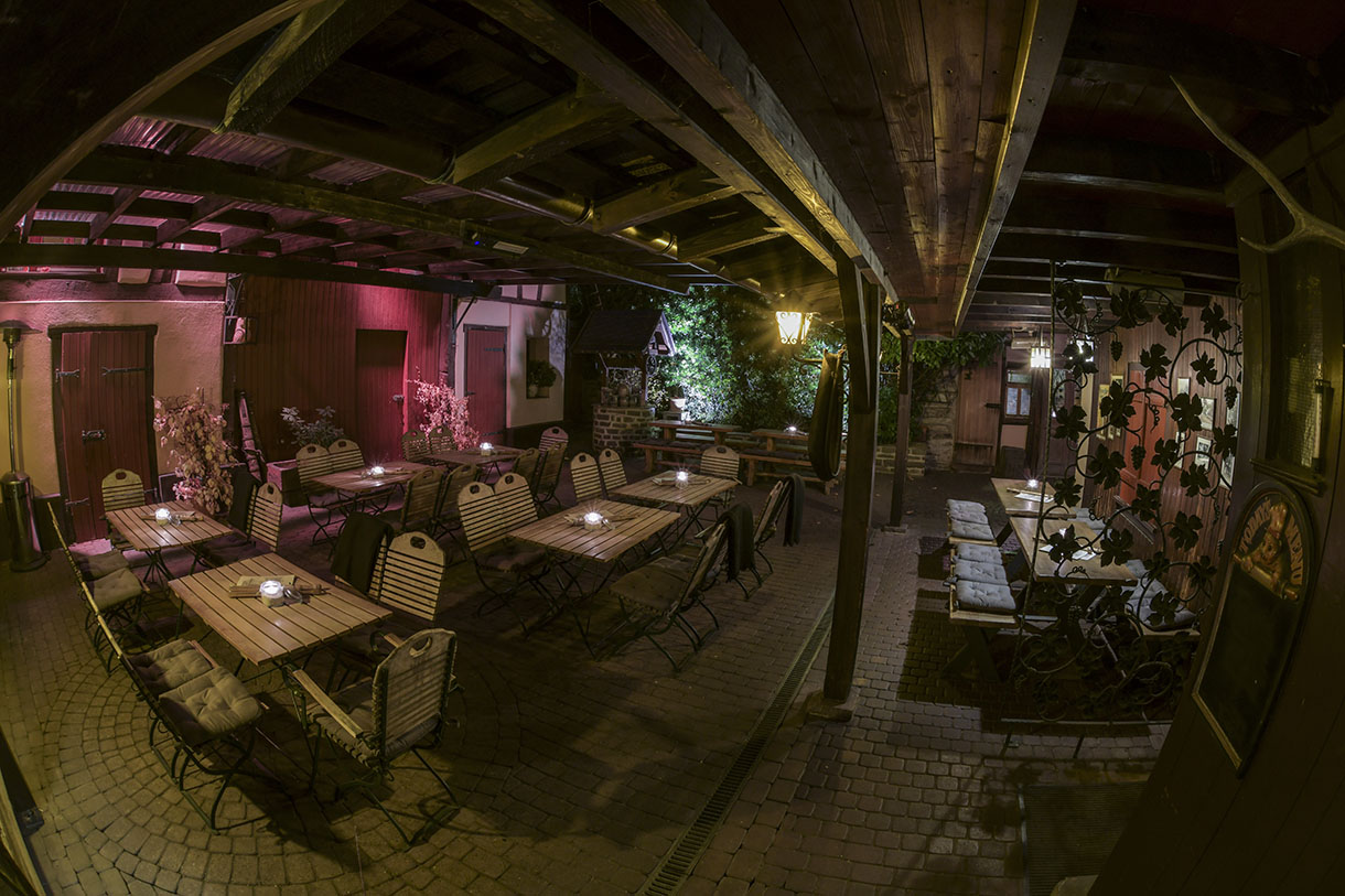 Alte Dorfschmiede Eschborn – Innenhof am Abend